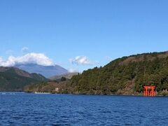 お約束の富士山と箱根神社のコラボ。残念ながら富士山に雲がかかっちゃいましたね。