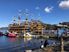 いっほう海賊船にはお客さんがら集まり始めていました。