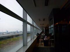 ともかく滑走路の見える窓側のカウンター席。離発着する飛行機見てるだけで充分な自分。