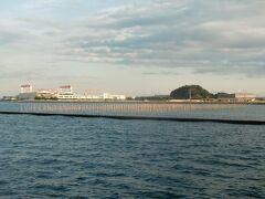 海苔のひびの向こうの対岸の横須賀には周囲を埋め立てられた夏島、日産追浜工場や住友重機械などの工場を遠望できる。