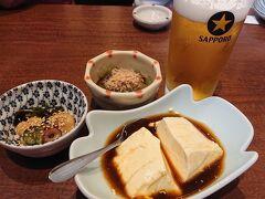 長い1日の締めの夕食は 博多にある、「海鮮居酒屋 はじめの一歩」 ゴマさばとイカ活き造りが人気ですが その日の漁次第で仕入れが出来ない時もあります。 お通しの3品。どれも美味しかったです。