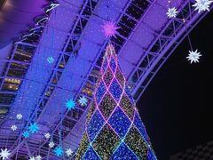 空港で借りた車を 博多駅で乗り捨て、ホテルへ向かいます。 クリスマスは終わりましたが 博多駅にはツリーのイルミネーションがあり、綺麗でした。