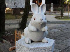 少し道を下り、兎が祀られているという珍しい神社「岡崎神社」に参拝