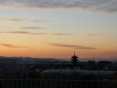 夜明け前に目が覚めたので屋上テラスに出て夜明け前の東寺の下を新幹線が通過する瞬間を狙ってパチリ。