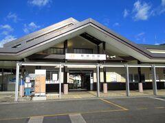 景色を楽しみながら松阪から3時間、ようやく最初の下車駅・熊野市に到着しました。熊野市はJR東海区間の紀勢線内の駅では、比較的大きな駅です。きれいな駅舎ですが、列車は2~3時間に1本ほどしか来ないため駅前は静か。