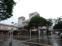 福島にやってきました。 福島駅前です。 JR福島駅は画像左側奥。  雨です。