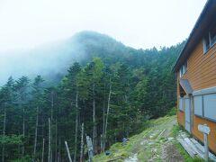 今シーズンは営業してないキレット小屋。 八ヶ岳に似つかわしくない武骨な感じがヨシ。 こん後土砂降りでした…トホホ。