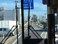 バスで松江駅から境港へ向かいます。 高速バス乗り場に普通の路面バスがやってきました。 でも大根島の由志園しか停まりません。 前の坂は江島大橋。 カップルが横断歩道の真ん中で撮影されておりました。