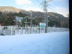 北小松駅です.ここまで来るとホーム上にも雪が積もっています. ホームはこんな感じです.