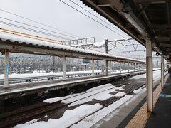 近江塩津駅に到着!! 向かいの線路に米原行きの列車が停車していましたが,近江塩津を散歩したかったので一本見送ることにしました. 乗り換えは約60分ですので,近隣を散歩します.