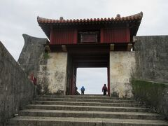 昨年は中に入れなかったのですが、現在は復旧状況が見られるようになっています。 瑞泉門、漏刻門です。