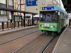 2日目は、長崎観光バスのツアー。集合場所の長崎駅まで路面電車で向かいます。車の運転ができない僕らにとって観光バスはありがたいです。