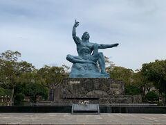 長崎原爆資料館から平和公園に移動。青銅製の平和祈念像はあまりにも有名ですよね。天を指した右手には「原爆の脅威」を、水平に伸ばした左手には「平和」を、軽く閉じた瞼には「原爆犠牲者の冥福を祈る」という想いが込められているとのことでした。