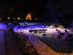 西の河原公園もライトアップできれい! 足湯でくつろいでいる人たちもちらほら