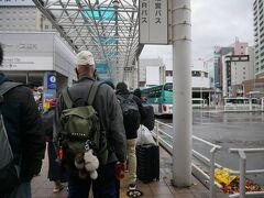お腹もいっぱいになったので青森駅前のバス停へ。 ここから十和田湖行きの高速バスが出てるんだけどご覧の通り大行列。 今日は天気悪いから人少ないかと思ってたけど甘かった。 これ全員乗れるのかな? 乗れなかったらどうなるんだろう?