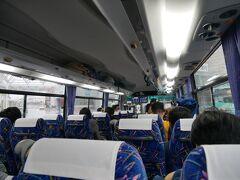 で、バスは案の定1台には乗り切らなくってどうなるのかと思ったらもう1台来た。 来たバスには「臨時便」の文字。 どうやら1台で乗れない場合は臨時便を出してくれるみたい。 天気最悪のこの日でも出ていたということはほぼ毎日出ているのかな? 取りあえず乗れてよかった。