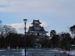 長浜は豊臣秀吉公の居城であった長浜城跡が有名です. 写真は長浜城天守閣を模した長浜城歴史博物館. 年末年始ということもあり,中には入っていません. 冠雪した長浜城を見に来たつもりでしたが,雪は結構溶けていました.