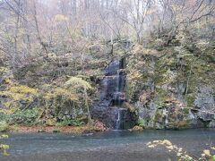対岸に見えたのは千筋の滝。 そしてここから小走りに走って到着したのが…