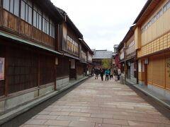 金沢駅に着き最初に向かったのは『ひがし茶屋街』。伝統的な街並みが保存され、お店めぐりも楽しい。