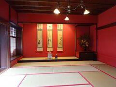 その中で『懐華樓』を訪れました。こちらは一見さんお断りのお茶屋さんですが、昼間は一般公開されています。色遣いがなんとも素敵ですね。