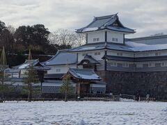 次に訪れたのは日本100名城の『金沢城』。こちらでもスタンプを押します。 街なかには雪が無かったのに、一面の雪景色にびっくり。