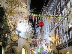 クリスマス・デコレーションが綺麗な路地