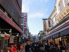 飴屋さん、だるま屋さん、くず餅屋さんが並びます。 浅草寺に比べると少し短めの仲見世通り。 賑わいます。