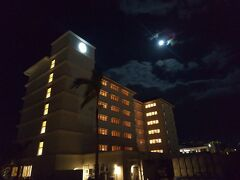 朝食はベイウィング棟のサルティーダでも可能との事で、月明かりの下、宿泊しているオーシャンウィング棟からベイウィング棟へ歩いて移動です。