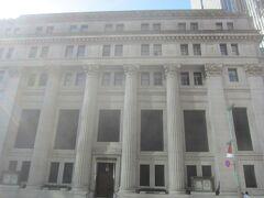 中央通りに出たところには三井信託銀行と三井住友銀行が入る三井本館 重厚な建物です