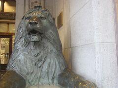 その三越の正面入口にある獅子像 イギリスのトラファルガー広場の獅子像を模して鋳造されたものだそう