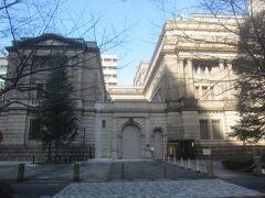 三越と三井本館の間の江戸さくら通りを入り、三井本館の向こう側には日銀本店 さすが金融街という感じですね