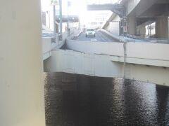 首都高の呉服橋出口は日本橋川の上にあります