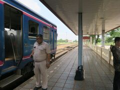 タイのノンカーイ駅に着きました。 これでラオスの鉄道に「全線完乗」しました。一国の鉄道に全部乗ったのは初めてです。  タイ入国にあたりプチハプニング。 入国のカードの宿泊先の欄を空欄にしていたら係官に怪訝な顔をされました。 「ウドンタニからバンコクを経由して…」と説明していたら、説明が終わらないうちに、笑顔で「welcome」となりましたが。 あの欄は書いておいた方がいいようです。