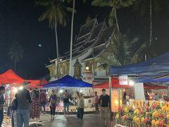 食後はナイトマーケットの下見?へ 夕方くらいからサッカリン通りの交通を止めて毎日開催されているマーケット。主にお土産が売っています。