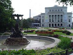 自由記念碑を目指しましょう。 自由記念碑の広場両脇に大きな市民公園が広がっています。 緑豊かで市民の憩いの場。