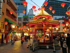 南京町広場へ。  ランタンがたくさんついていて、ライトアップされて本当にきれいです。  人も増えてきました。