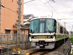 """JR奈良線です。 この辺りは、JRと京阪が並んで走っています。 JRで""""三室戸寺さん""""にお越しになる方は、""""宇治駅""""で降りて下さいネ! JR奈良線は""""京都駅""""から1時間ちょっと掛けて、""""奈良""""まで走っています。  ここで、うふふ♪♪痛恨のミス! このJR線の踏切からすぐの場所に おいしい洋菓子屋さんがあるのを先日('21年5月16日)発見! らら・・ ガックリ!・・・ 洋菓子屋さんだけのために、も1度ここまで来る根性がない~・・ でもどのみち、この日は別のお菓子♪を大量に買う予定だったので、 お店があるのを知っていたとしても、寄らなかったかな?? また来るのは~・・ちょっと・・  うーん・・ でも、お店、気になるぅ~・・  うふふ♪♪たちは、JRでなく、来たときとおんなじように、京阪電車です。 京阪""""三室戸寺駅""""から京阪本線の""""中書島駅""""へ。 """"中書島駅""""で乗り換えて、再び京阪特急に乗って一路京都へ!"""