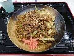 バスで富士宮駅に戻り、列車の待ち時間に、駅前のイオンのお店で富士宮焼きそばを頂きました。