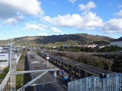 再び列車に乗って保田駅に到着。向こうに見えるのが鋸山と思われます。