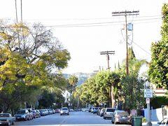 そしてハリウッドサインを近くで見たいと思い、できるだけサインのある方向に進んでいこうとひたすら歩き始めました。ここら辺は高級住宅街なのか大きな家が立ち並んでいました。