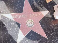 そして、ハリウッドにはウォークオブフェイムというエンターテイメント界の有名人の名前が彫られたモニュメントが歩道のあちこちにあります。 これはかの有名なマイケルジャクソンのもの。やっぱり世界中で有名であり、たくさんの人が写真を撮っていました。