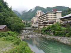 東武鉄道が乗り入れている野岩(やがん)鉄道の駅で降りると川治温泉が見えてきました。