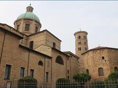 奥に見えるクーポラと鐘楼は大聖堂(入口は向こう側)のもので 右端は『ネオニアーノ洗礼堂』  今目指している『大司教博物館』は大聖堂の後陣側に 隣接しています。