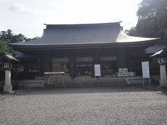 ●吉野神宮  吉野神宮は、明治22年、明治天皇により創建されました。 後醍醐天皇がお祀りされています。 明治天皇と後醍醐天皇、年代が全く違いますが、後醍醐天皇の偉業を深く偲び、創立を命じたそうです。 社殿は昭和7年の改築で、本殿、拝殿などは全て檜造りです。