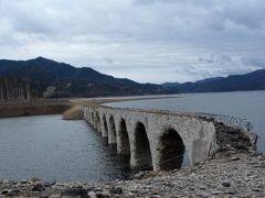 上士幌町のダム湖、糠平湖にある「タウシュベツ川橋梁」は、1937年に完成した長さ約130mのコンクリート製の鉄道用のアーチ橋です。