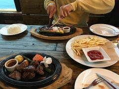 夕飯は沖縄料理、タコス、ハンバーガー、焼肉と 悩みましたがSeaside STEAK BEEFY'Sのお肉にしました。 ボリューム感凄かった。美味しい。 店員さんとの会話も楽しく もちろんソーシャルディスタンスで。