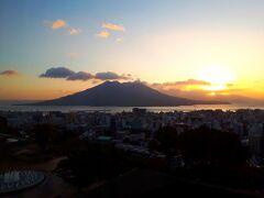 2日目の朝。部屋の窓から見えた桜島。 桜島ビューの部屋を予約したのに、昨夜は到着が遅くて何も見えなかったけど、いい景色~。