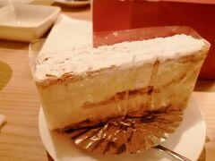 お風呂の後、エストローヤルのケーキをいただきます。  ミルフィーユはパイが硬く、フォークが刺さらないほどです。  寝かして食べるしかないですが、クリームがシュークリームのものと似ていて、カスタードと生クリームの中間の感じでとてもおいしかったです(^^)