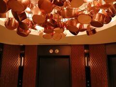 3日目 最終日のみ朝食をつけました。  31階のレストラン「スカイグリルブッフェGOCOCU 」へ。 ここはどうも人気が高いようで、朝一番7時に行きました。 開店前から数人並んでいました。  エレベータホールの天井に鍋のオブジェ(^^)