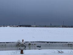 見えますか? 車両基地… 壁面に新幹線のこまちの絵  ずっと吹雪で全然見えなかった…